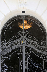 Schmiedeeiserne Eingangstür im Jugendstildekor denkmalgeschütztes Etagenhaus  am Schwanenwik im Hamburger Stadtteil Uhlenhorst.