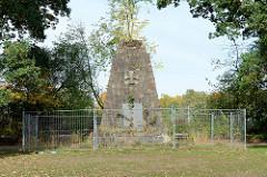 Mit Bauzaun abgesperrtes Kriegerdenkmal zur Erinnerung an den Weltkrieg 1914/18 in Hamburg Rahlstedt, errichtet ca. 1925 - Entwurf August Dabelstein.