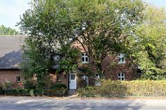 Wohnwirtschaftsgebäude, Stall und  Scheune  in der Baron-Voght-Straße von Hamburg Groß Flottbek; der ehemalige Bauernhof steht als Kulturdenkmal unter Denkmalschutz - er wird als Restaurant / Gasthaus genutzt.