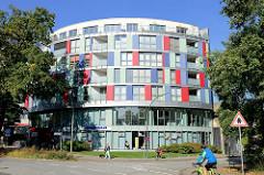 Modernes Verwaltungsgebäude mit bunter Fassade an der Amtsstraße in Hamburg Rahlstedt, unter anderem Sitz der öffentlichen  Bücherhalle.