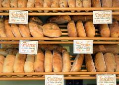 Wochenmarkt am Immenhof im Hamburger Stadtteil Uhlenhorst - Marktstand mit mediterranen Delikatessen;  unterschiedliche Brotsorten