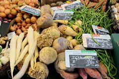Wochenmarkt in Hamburg  Schnelsen, Wählingsallee - Gemüsestand mit Süßkartoffeln, Steckrüben Buschbohnen und Pastinaken.