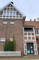 Kulturdenkmäler Hamburgs, denkmalgeschütztes Gebäude der Schule an der Heinrich-Osterath-Straße im Hamburger Stadtteil Kirchwerder; errichtet 1882 - Erweiterungsbau 1909 von Fritz Höger.