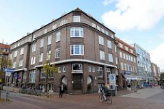 Dreigeschossiges Wohn- und Geschäftsgebäude aus Backstein mit Attikageschoss in der Bahnhofstraße von Pinneberg. Das ehemalige Zinshaus wurde 1928 von Friedrich Strupp erbaut und steht unter Denkmalschutz.