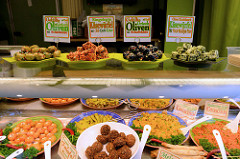 Wochenmarkt am Immenhof im Hamburger Stadtteil Uhlenhorst - Marktstand mit mediterranen Delikatessen; gefüllte Oliven, Couscous und Falafel.