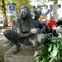 Bronzeskulpturen - Paar an der Rahlstedter Bahnhofstraße im Hamburger Stadtteil  Rahlstedt.