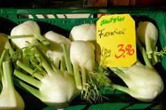 Wochenmarkt im Hamburger Stadtteil Groß Flottbek / Osdorfer Landstraße -  Marktstand /  Gemüsestand mit Fenchel.