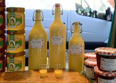 Wochenmarkt stand auf dem Markt Hartzloh in Hamburg Barmbek - selbst gemachter Eierlikör, echter Deutscher Honig und Gläser mit Marmeladen.