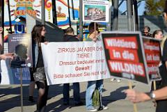 Tierschützer protestieren mit  Mahnwachen gegen die Dressur und Manegenauftritt von Wildtieren beim Hamburger Gastspiel vom Circus Krone - Transparent Zirkus ja, aber ohne Tiere! Dressur bedeutet immer Gewalt! Bitte schauen Sie nicht weg.