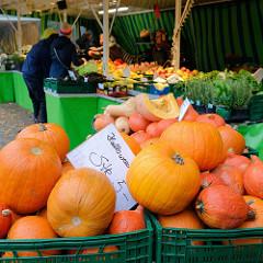 Gemüsestand mit Kürbissen auf dem Wochenmarkt im Hamburger Stadtteil Hamm.