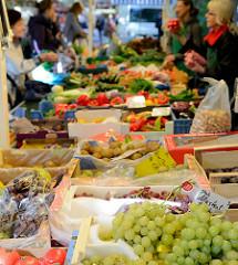 Wochenmarkt in Hamburg Uhlenhorst / Immenhof - Marktstand mit Obst und Gemüse.