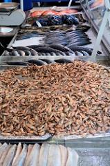 Fischstand mit frischen Krabben auf dem Wochenmarkt im Hamburger Stadtteil Bramfeld, Herthastraße.