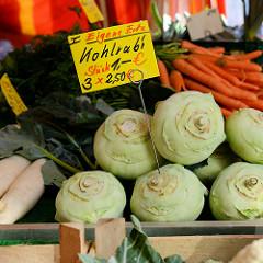 Wochenmarkt im Hamburger Stadtteil Rahlstedt, Rahlstedter Bahnhofstraße; Obst- und Gemüsestand mit Kohlrabi aus eigener Ernte.