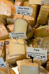 Wochenmarkt im Hamburger Stadtteil Bramfeld, Herthastraße - Marktstand mit unterschiedlichen Käsesorten.