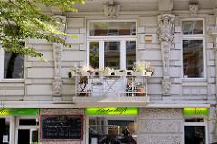 Fassade vom Etagenhaus / Wohnhaus,Geschäftshaus in der Papenhuder Straße von Hamburg Uhlenhorst; erbaut 1896 - Architekt  Karl Elvers.