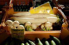 Wochenmarkt Quedlinburger Weg im Hamburger Stadtteil Niendorf - Gemüsestand mit Gurken und Rettich in Kisten.