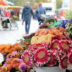 Wochenmarkt im Hamburger Stadtteil Bramfeld, Herthastraße - Blumenstand.