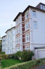 Kulturdenkmäler im Hamburger Stadtteil  Groß Flottbek  - Wohnblock / Mehrfamilienhaus in der Straße Viereck im Baustil der Gründerzeit / Historismus. Die um 1906 erbauten Gebäude stehen unter Denkmalschutz.