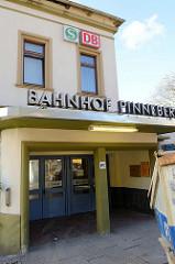 Bahnhofsgebäude / Empfangsgebäude am Bahnhof Pinneberg;Ursprungsbau von 1844 - Anbauten 1936. Das Gebäude steht als Kulturdenkmal unter Denkmalschutz.