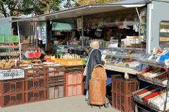 Marktstand mit Bürsten auf dem Wochenmarkt im Hamburger Stadtteil Groß Flottbek / Osdorfer Landstraße.