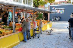 Marktstand auf dem Wochenmarkt Quedlinburger Weg im Hamburger Stadtteil Niendorf.
