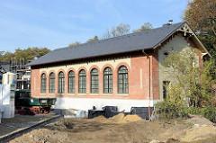 Turnhalle der ehemaligen Volksschule im Hamburger Stadtteil  Groß Flottbek, erbaut 1874 - das Gebäude in der Straße Röbbek steht unter Denkmalschutz und wird als Wohnraum neu genutzt.