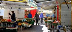 Marktstände auf dem Wochenmarkt in Hamburg Blankenese, Blankeneser Markt.