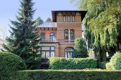 Historische Architektur im Baustil der Gründerzeit - Backsteingebäude im Hamburger Stadtteil Groß Flottbek. Das Gebäude steht als Kulturdenkmal Hamburgs unter Denkmalschutz.