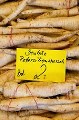 Gemüsestand mit deutschen Petersilienwurzeln  auf dem Wochenmarkt in der Möllner Landstraße in Hamburg Billstedt.