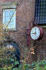 Wohnhaus Bei der Flottbeker Kirche; Seitenansicht mit turmförmigen Treppenhaus und großer Uhr -erbaut 1911, Architekten Eggers & Brehmer. Das Gebäude  steht als Kulturdenkmal des Hamburger Stadtteils Groß Flottbek unter Denkmalschutz.