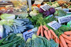 Wochenmarkt in Hamburg  Schnelsen, Wählingsallee - Gemüsestand mit frischem Gemüse, unter anderem Mangold, Bundmöhren  und Rotkohl.
