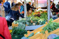 Wochenmarkt in Hamburg Barmbek Nord / Hartzloh; Gemüsestand.