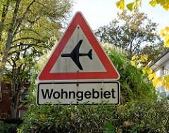 Hinweisschild / Warnschild vor  fliegenden Großflugzeugen im Wohngebiet  des Hamburger Stadtteils Groß Flottbek (Einflugschneise zum Airbus Flughafen in Hamburg Finkenwerder).