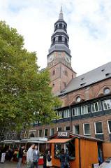 Wochenmarkt bei der Sankt Katharinenkirche in der Hamburger Altstadt.