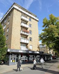 Geschäftszeile mit kleinen Geschäften / Einzelhandel am Mundsburger Damm im Hamburger Stadtteil Uhlenhorst.  Bilder von Architektur von der 1960er Jahre in der Hansestadt Hamburg.