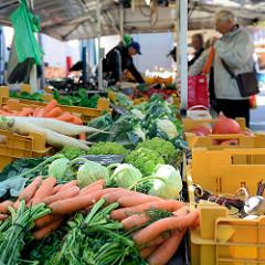 Wochenmarkt in Hamburg Barmbek Nord / Hartzloh; Gemüsestand mit Wurzeln Kohlrabi und verschiedenen Kohlsorten.