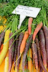 Gemüsestand auf dem Wochenmarkt in Hamburg Blankenese, Vierländer bunte Möhren liegen zum Verkauf in einer Kiste.
