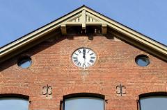 Hausgiebel mit Uhr der  ehemaligen Volksschule im Hamburger Stadtteil  Groß Flottbek, erbaut 1874 - das Gebäude in der Straße Röbbek steht unter Denkmalschutz und wird als Wohnraum neu genutzt.