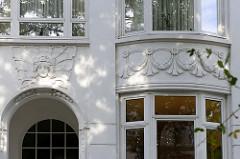 Fassadenschmuck / Jugendstildekor an einer Villa im Uhlenhorster Weg; Bilder der  historischen Architektur der Hansestadt Hamburg.
