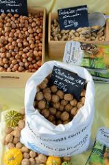 Marktstand mit Hasennüssen, Erdnüssen und Walnüssen auf dem  Wochenmarkt in der Hermann-Balk-Straße von Hamburg Rahlstedt; da er bei der U-Bahn-Station Berne liegt wird er auch Berner Wochenmarkt genannt.