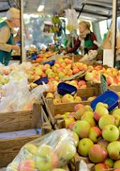 Wochenmarkt am Immenhof im Hamburger Stadtteil Uhlenhorst -   Marktstand mit frisch geernteten Äpfeln.