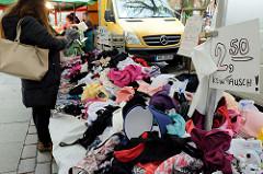 Marktstand mit günstigen Dessous für Euro 2,50, deren Umtausch ausgeschlossen ist. Bilder vom Wochenmarkt in der Fussgängerzone der Möllner Landstraße im Hamburger Stadtteil Billstedt.