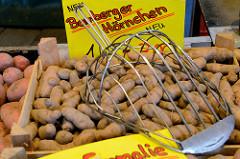 Marktstand  mit Kartoffeln / Bamberger Hörnchen, Kartoffelschaufel auf dem Wochenmarkt in der Möllner Landstraße in Hamburg Billstedt.