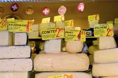 Wochenmarkt im Hamburger Stadtteil Groß Flottbek / Osdorfer Landstraße - Marktstand mit Käse unterschiedlicher Provenienz.