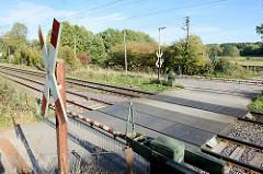 Immer geschlossene Anrufschranke an der Bahnlinie Hamburg Lübeck beim Naturschutzgebiet Höltigbaum; per Rufknopf kann eine Schrankenöffnung angefordert werden.