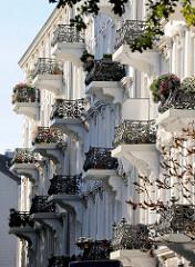 Reich verzierte eiserne Balkongitter an einem Gründerzeitetagenhaus im Hamburger Stadtteil Rotherbaum.