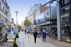Fußgängerzone in der Innenstadt von Pinneberg, Geschäfte im Fahltskamp.