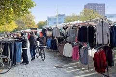 Marktstände auf dem Wochenmarkt im Hamburger Stadtteil Bramfeld, Herthastraße.