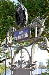 Altes eisernes Straßenschild für die alte Rabenstraße im Hamburger Stadtteil Rotherbaum; errichtet im 19. Jahrhundert unter Franz Andreas Meyer - das Schild steht als Kulturdenkmal Hamburgs unter Denkmalschutz.