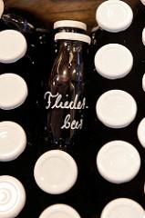 Flaschen mit Fliederbeersaft auf dem Wochenmarkt im Hamburger Stadtteil Hamm.